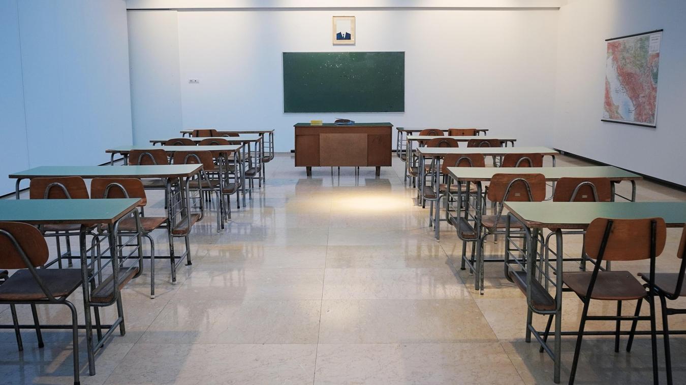 La suppression de ces allocations en cas d'absentéisme scolaire a été très durement critiquée à gauche.