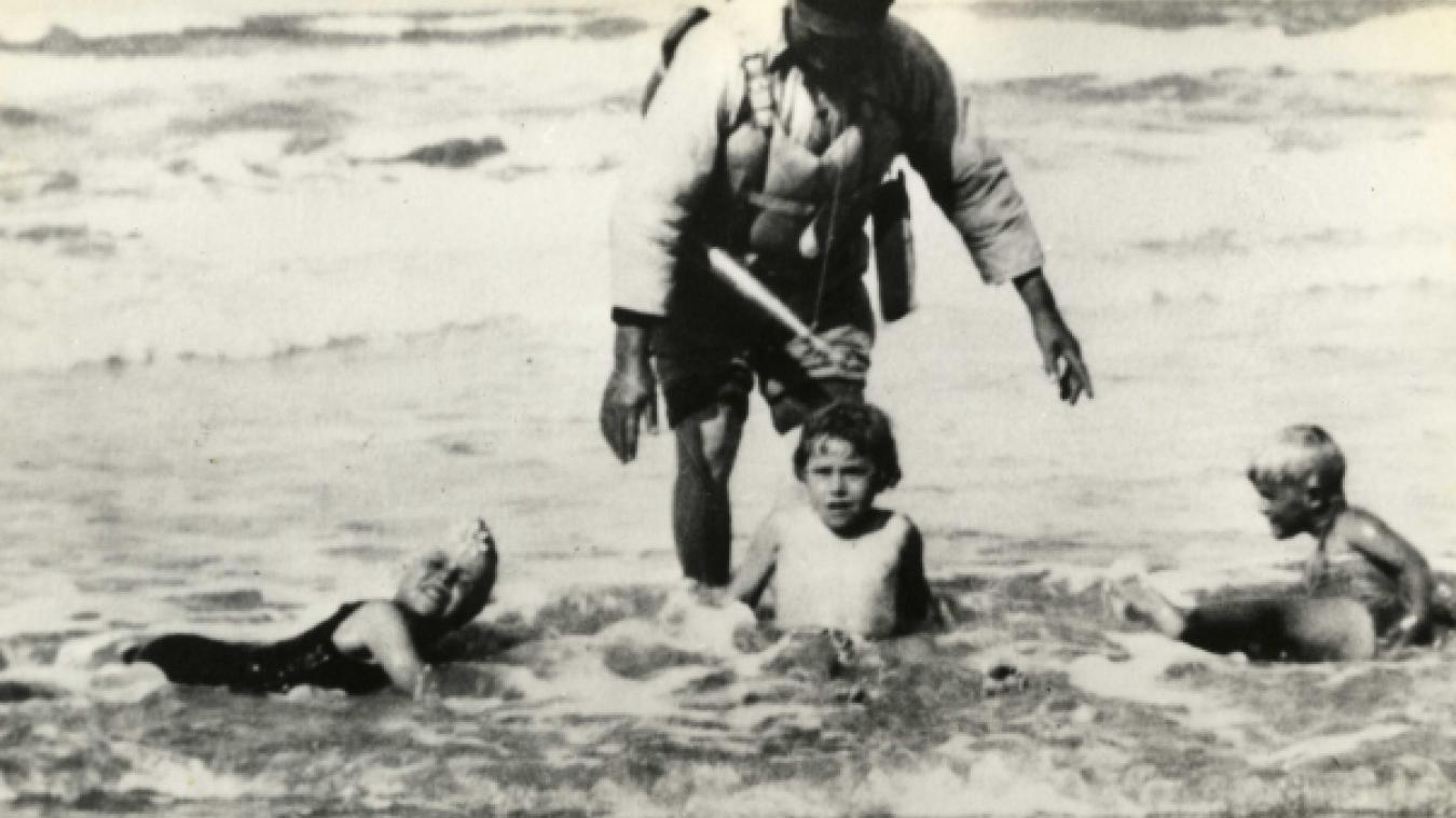Sur cette photo qui date de 1925, Philippe Drapier, maître-nageur berckois apprend à nager à enfants en vacances. Le blondinet sur la droite est Philippe de Grèce, futur Duc d'Edimbourg.
