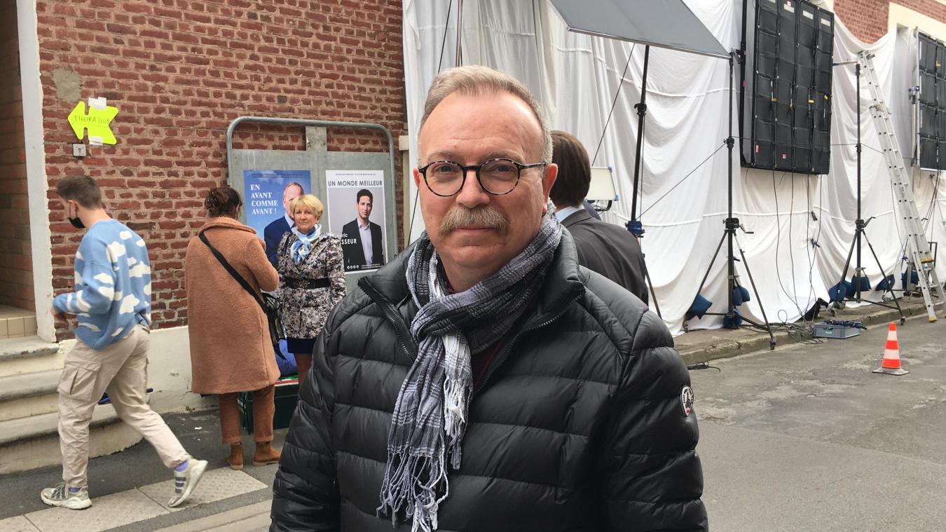 Employé à la mairie de Montreuil, Patrick a tenu, comme les soirs d'élections, le bureau de vote pour le film Un homme heureux. Le début d'une nouvelle carrière?