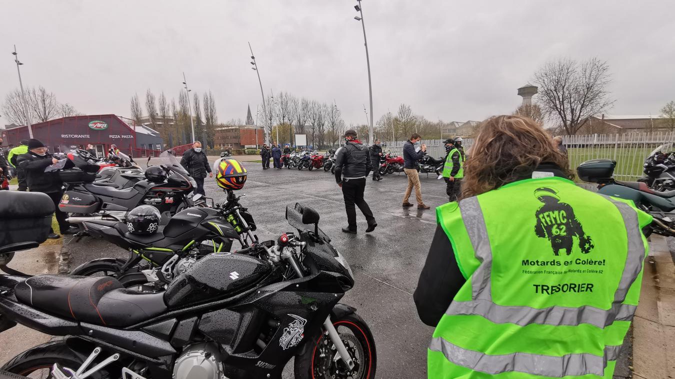 Les motards se sont rassemblés sur le parking d'Aquarena à Arras, avant de former un cortège en direction de Lille (Photo Jessy Reske).
