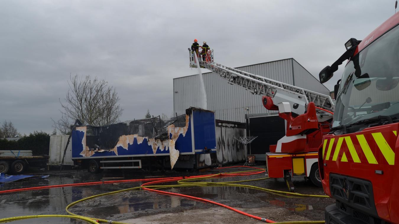 L'incendie a détruit un manège et deux remorques, à Arques.