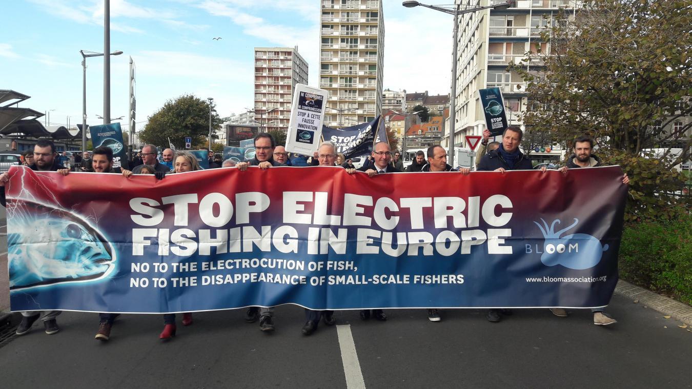 À Boulogne-sur-Mer, en novembre 2018, pêcheurs, associations, élus, organisations politiques étaient réunis dans le premier port de pêche de France pour s'opposer à la pêche électrique pratiquée par les Néerlandais.
