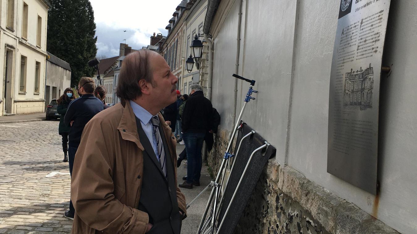 Philippe Katerine, ici rue de la Chaîne, en train de lire le panneau qui met en lumière l'histoire de l'Hôtel de Longvilliers, lieu de résidence du sous-préfet de Montreuil.