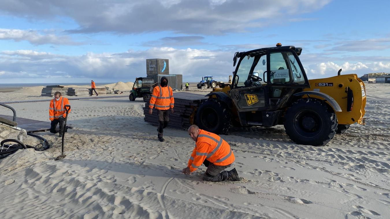 C'est l'entreprise Francial qui est chargé d'installer les caillebotis en bois autour des bars de plage.