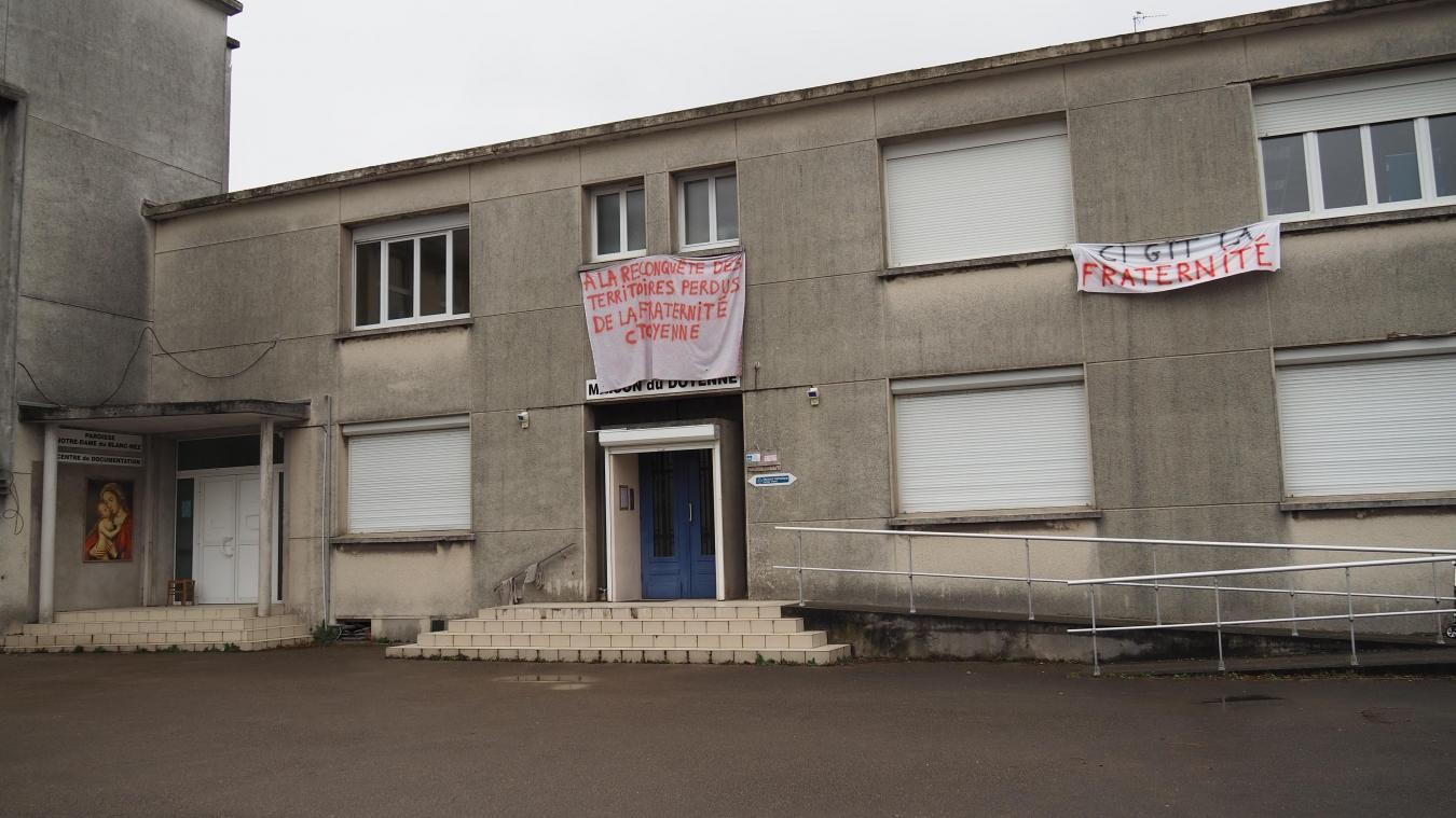 Début mars, des banderoles avaient été mises sur la maison du doyenné devant initialement accueillir des personnes jusqu'au week-end de Pâques.