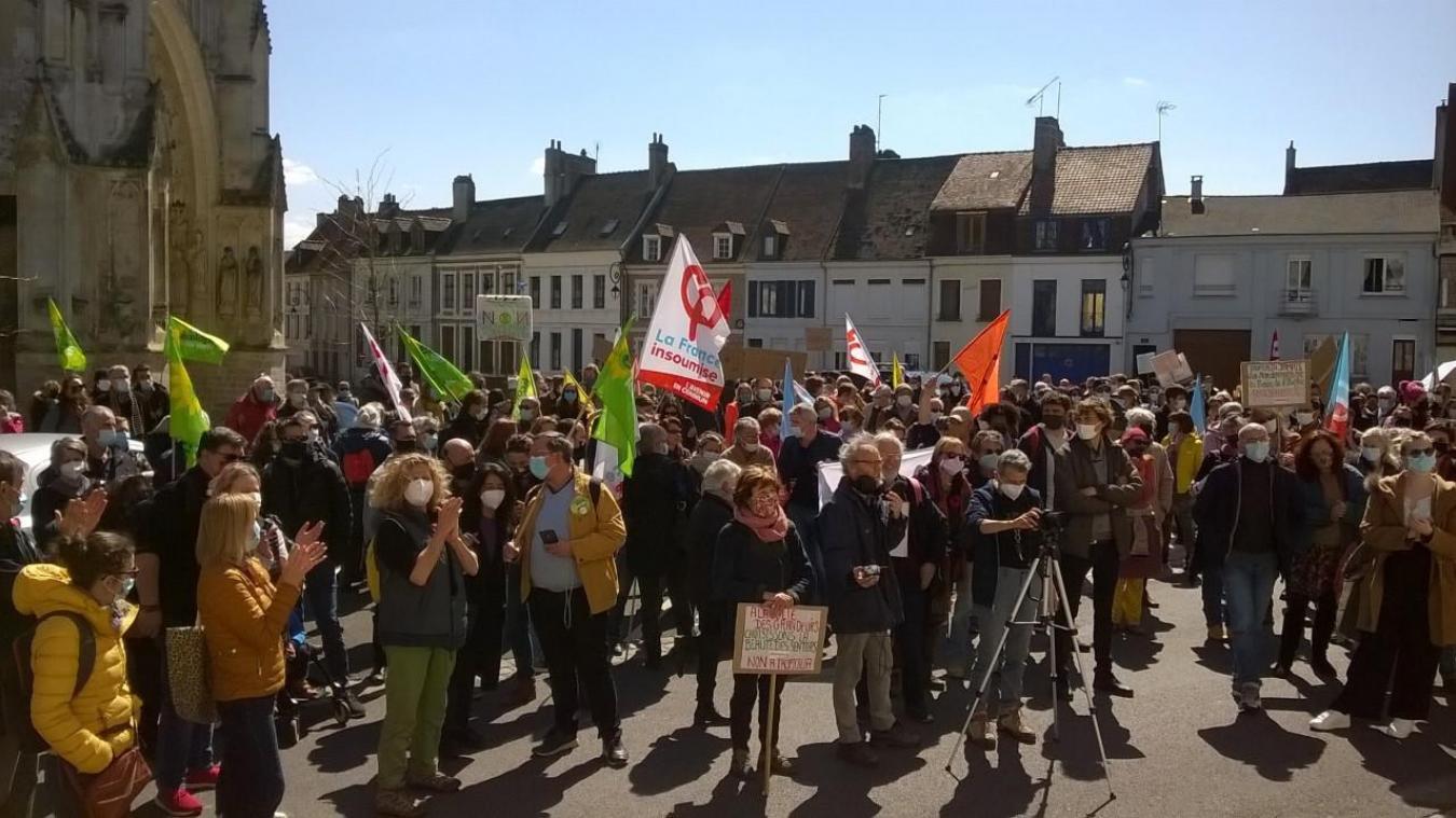 Environ 300 personnes sont présentes place Gambetta devant le siège de la CA2BM à Montreuil, qui soutient le projet, pour manifester contre Tropicalia, la future plus grande serre tropicale au monde.