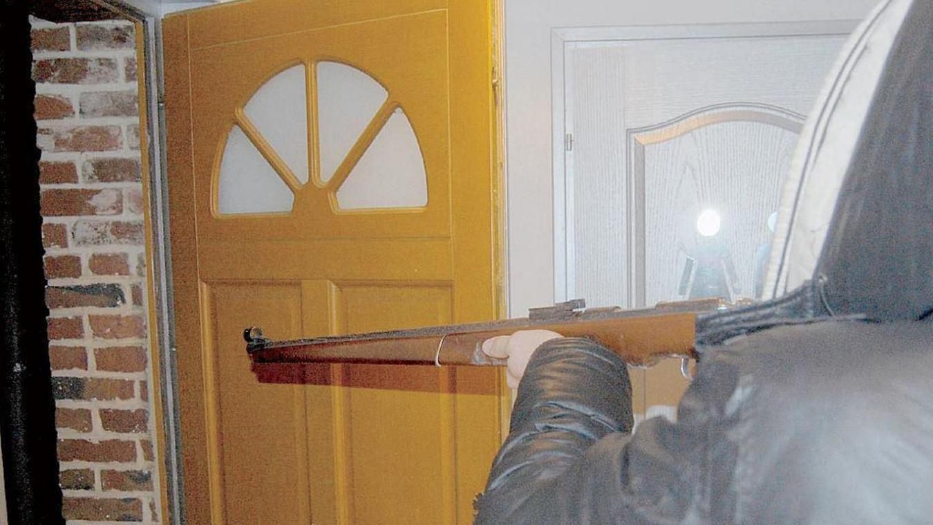 Le prévenu de Grand-Fort-Philippe a exhibé une arme de chasse et une cartouche. Photo d'illustration