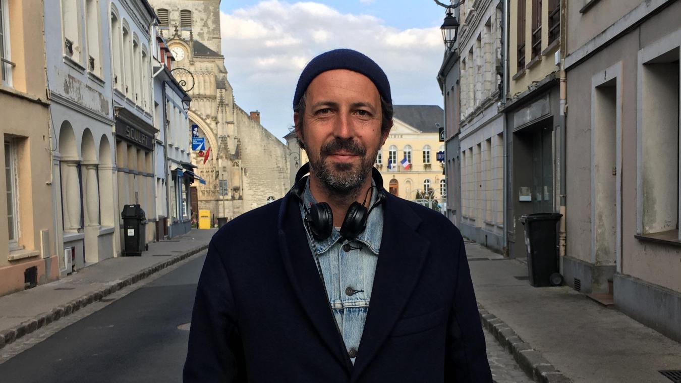 Le réalisateur Tristan Séguéla, ici rue du Change, jeudi 29 avril après une journée de tournage devant la mairie de Montreuil pour une scène de mariage.