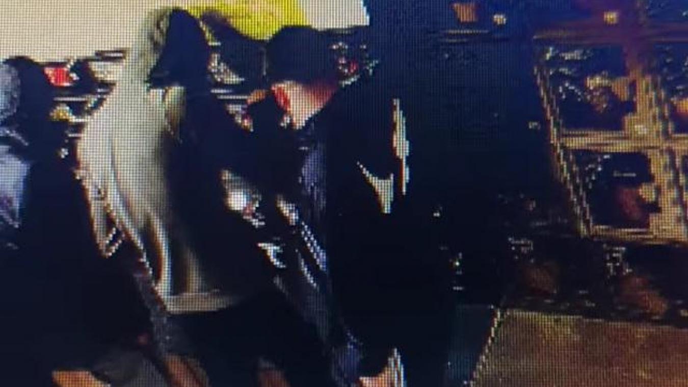 Au distributeur, la caméra a capturé les faits et gestes des apprentis voleurs.
