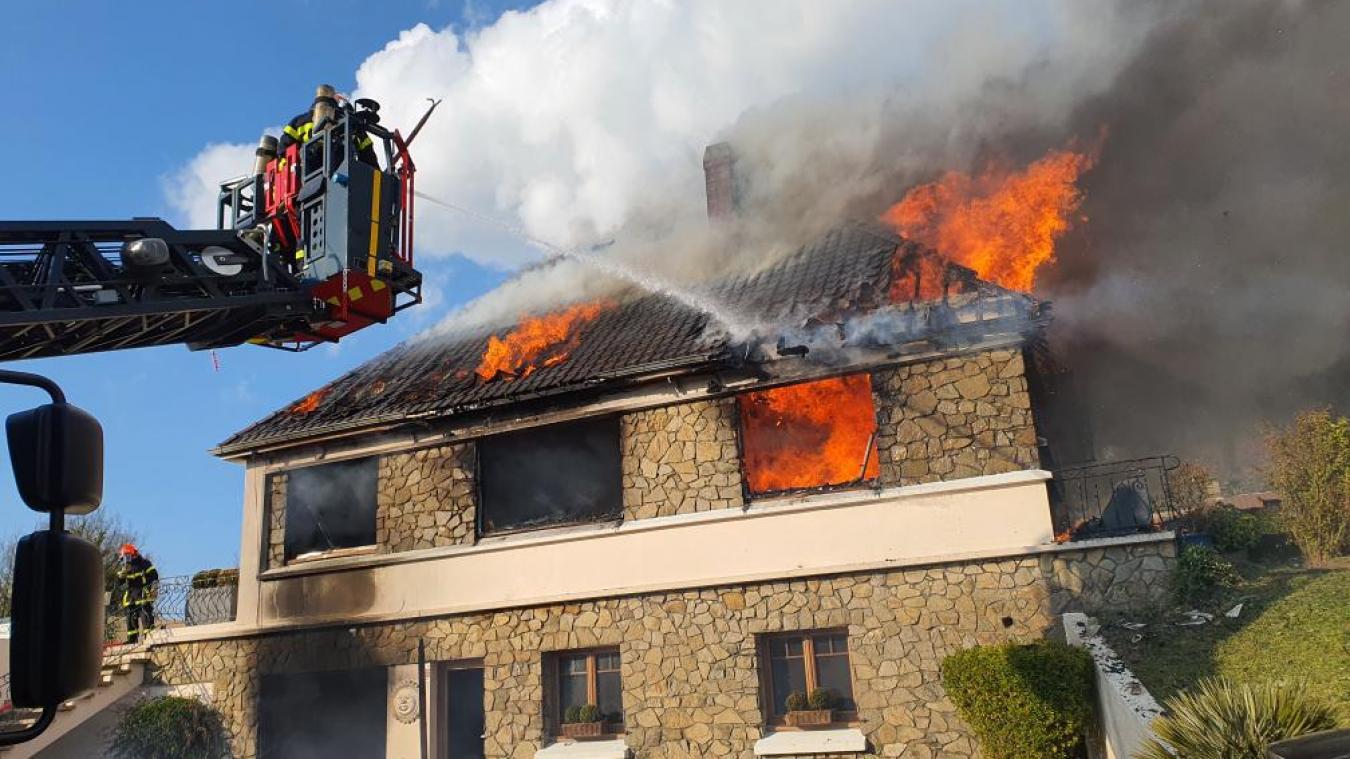 Trois lances à incendie ont été nécessaires pour éteindre le feu.