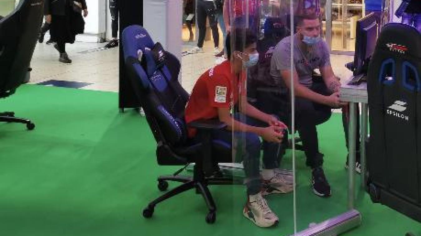 Ilian, assis à gauche sur la photo, est le plus jeune Français à signer chez les professionnels.