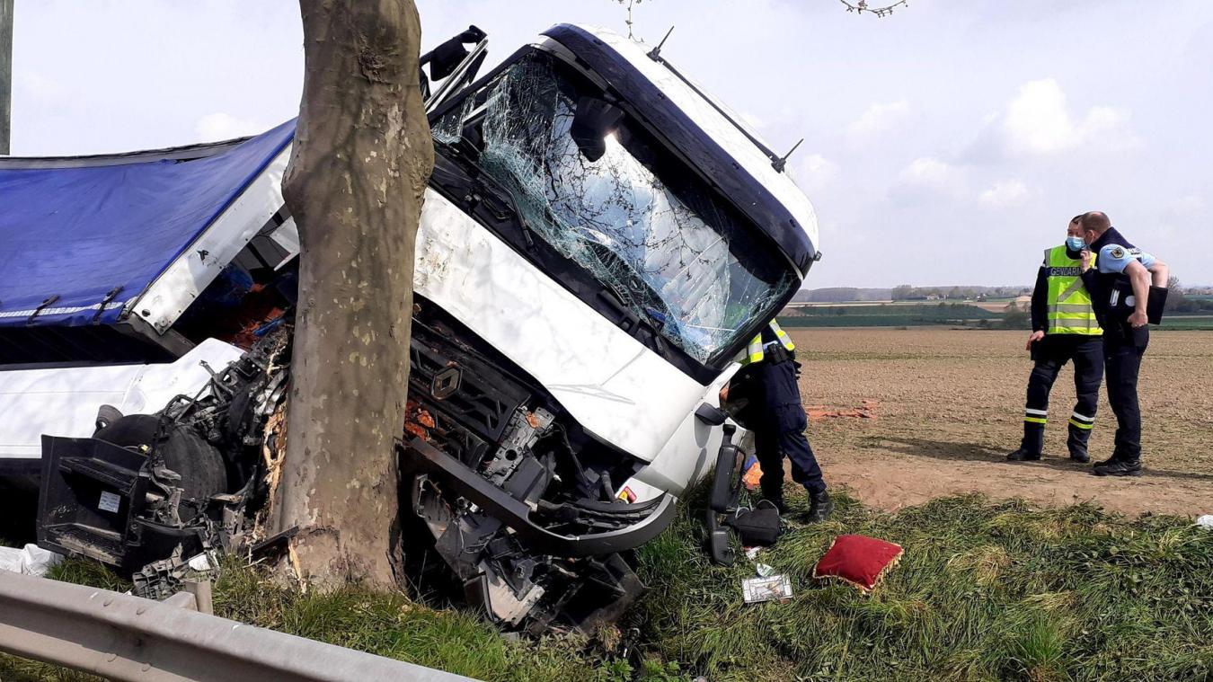 Le choc a été brutal. D'abord inconscient, le chauffeur est revenu à lui mais est grièvement blessé.