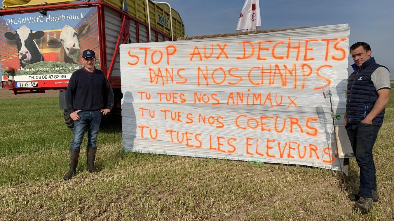 Un grand panneau a été posé par Guillaume Delannoye (à droite) après le message posté par Thierry Verbeke (à gauche).