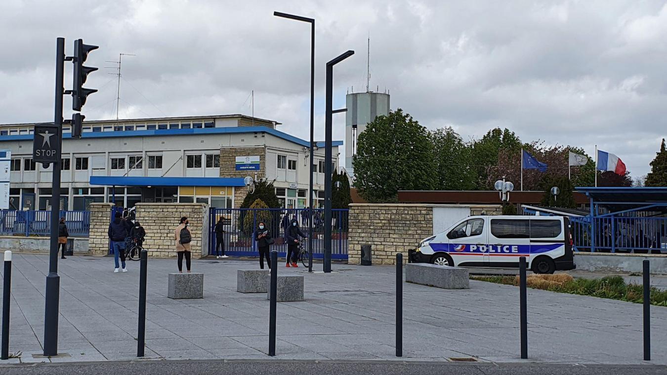 La police est restée aux abords du lycée.