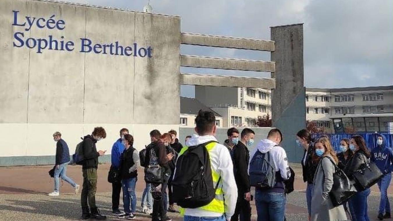 Des lycéens ont manifesté devant Sophie Berthelot hier pour l'annulation des épreuves du bac.