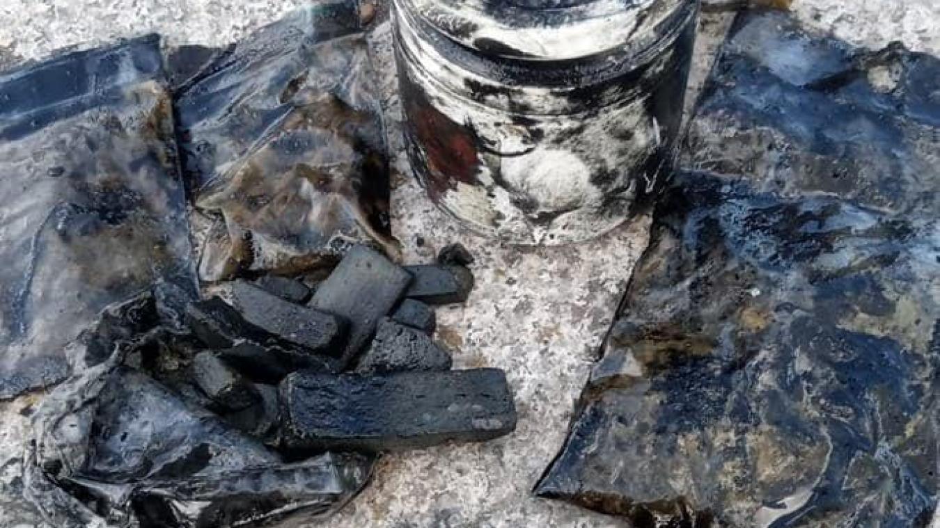 Les membres de L'Aimant dunkerquois ont retrouvé environ 400grammes de résine de cannabis, des sachets d'herbes prêts pour la vente et un pot de poudre.