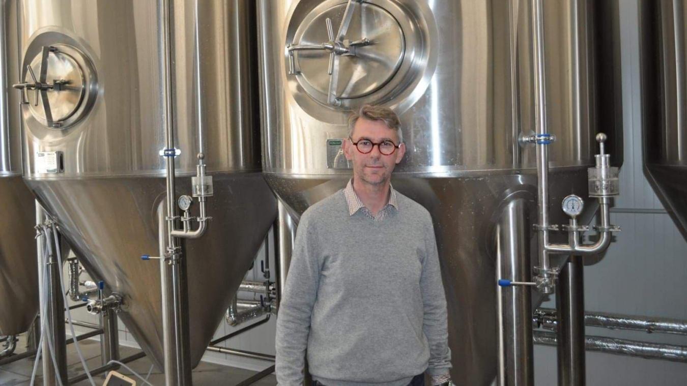 David Naus, gérant de la Brasserie du Boulonnais, posant devant un fermenteur en action