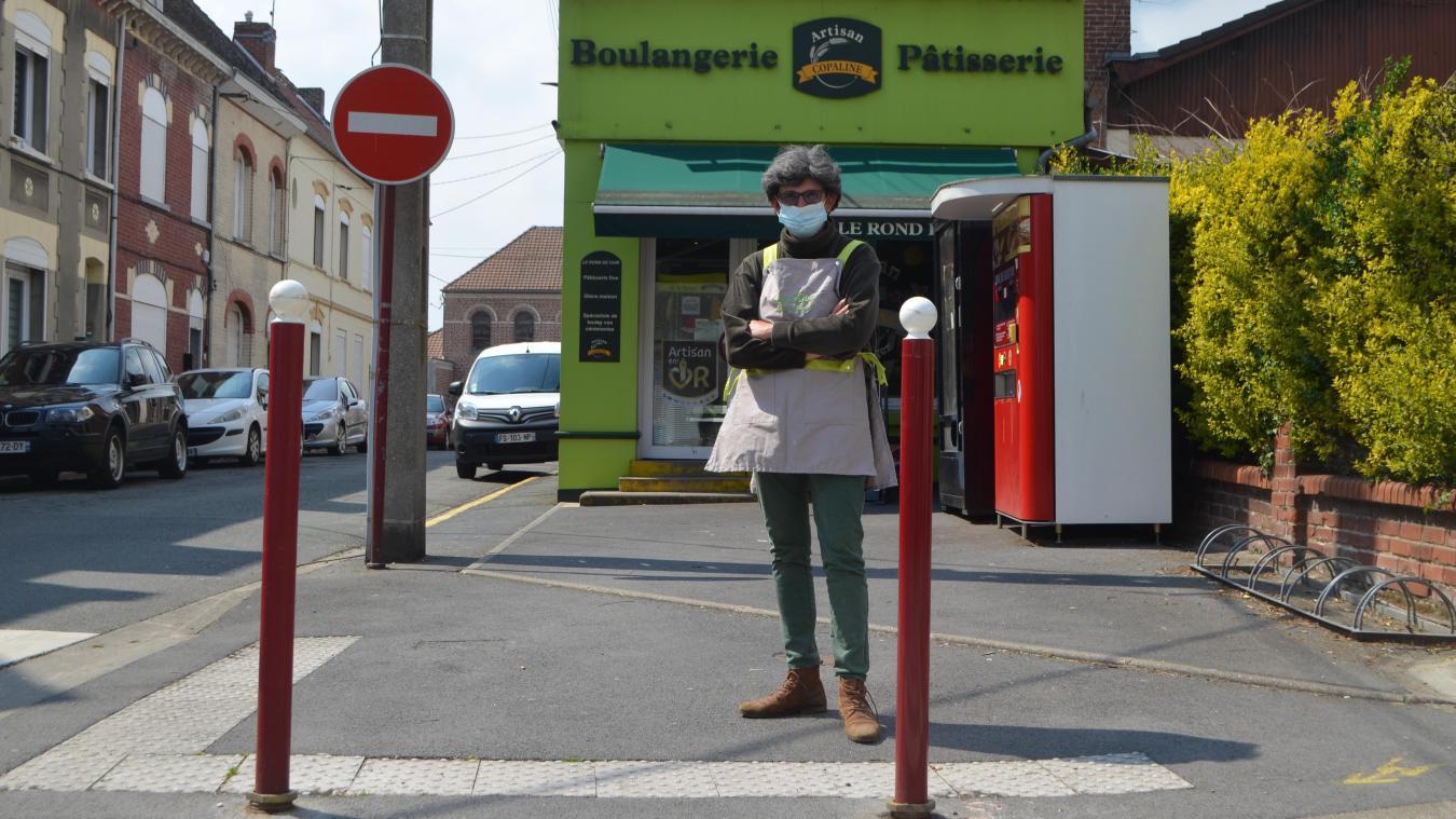 Sylvie Née dénonce les deux poteaux installés qui empêchent d'accéder à une place de parking.