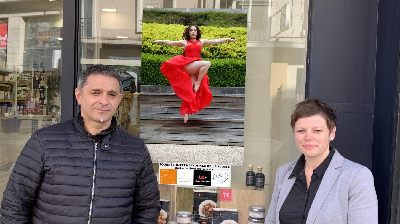 Dix-huit photos de la danseuse Marion sont affichées sur différentes vitrines du centre-ville.