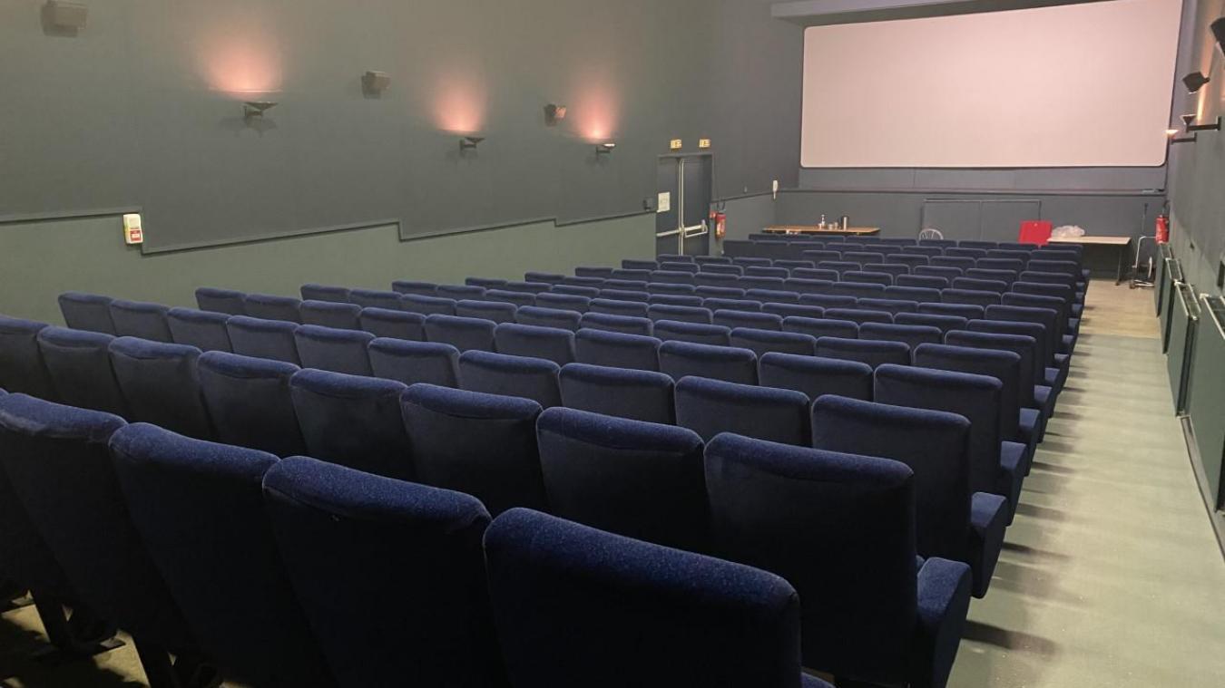 La salle du Flandria est conçue pour accueillir 145 personnes. Mais un bloc de trois places a été supprimé afin de pouvoir accueillir les personnes à mobilité réduite.