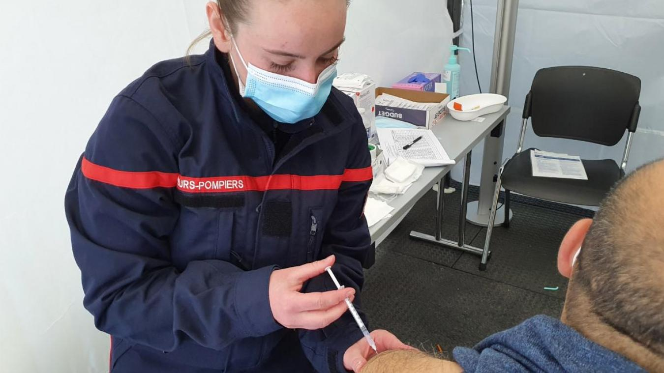 Une infirmière sapeurs-pompiers vaccine.