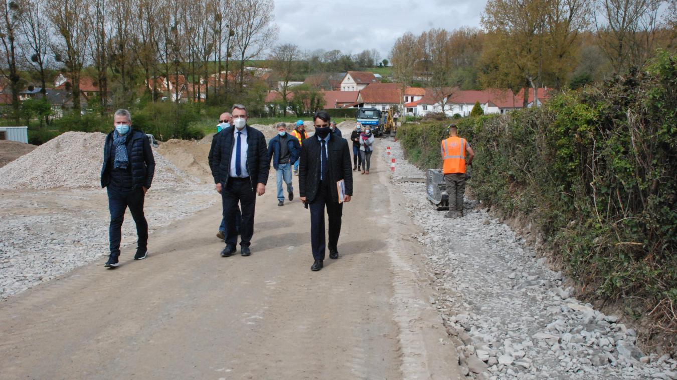 Le sous-préfet et les élus ont arpenté la rue de Fruges qui est en travaux.