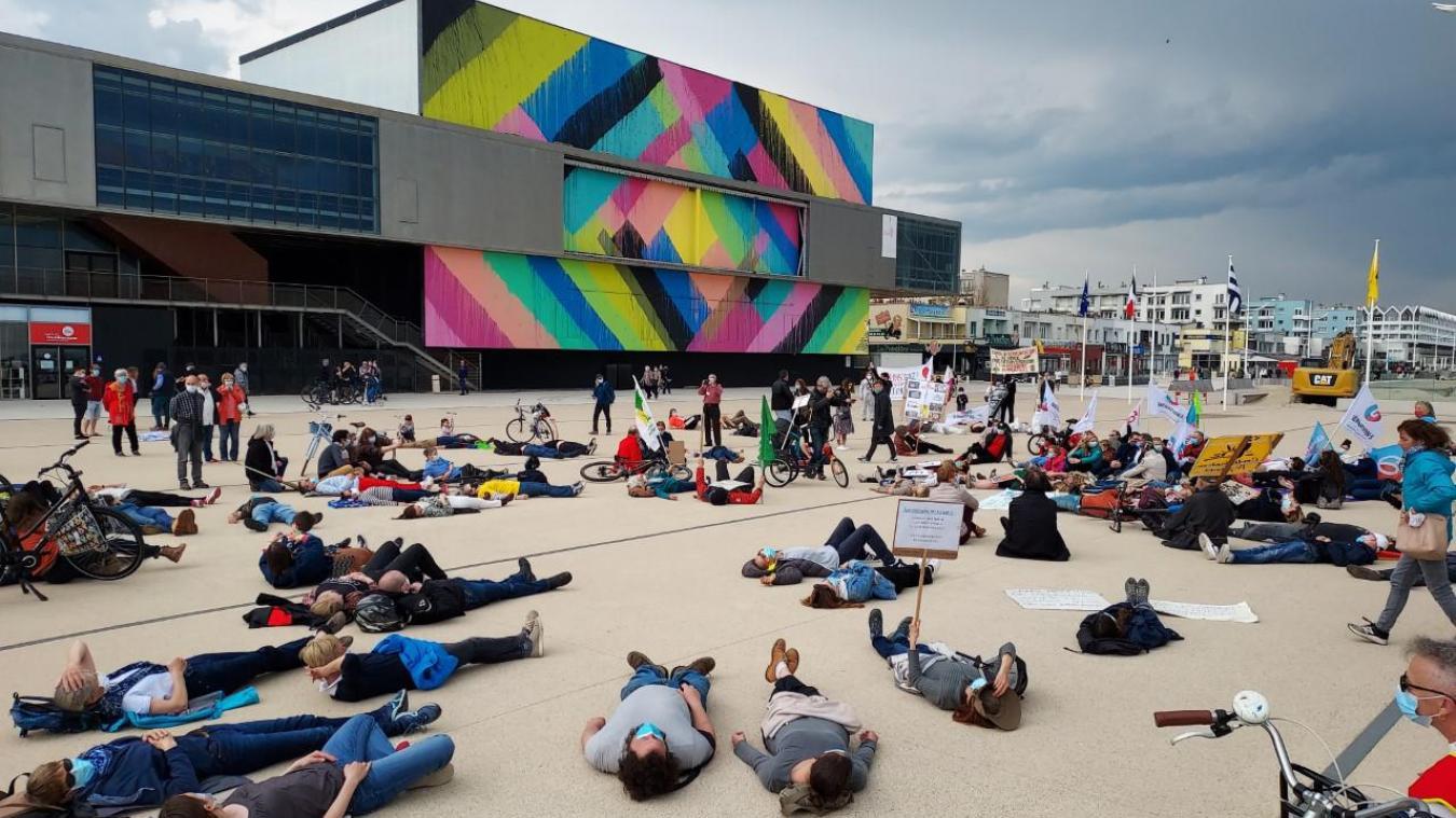 À 11 h, les manifestants sont arrivés place du Centenaire, devant le Kursaal, et se sont couchés en signe d'agonie (dying).