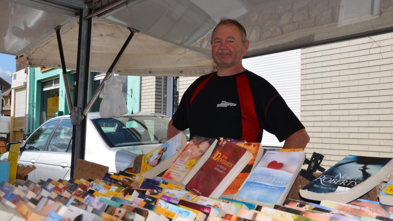 Guy Lefebvre vend des livres sur les marchés de Calais depuis plus de 40 ans.