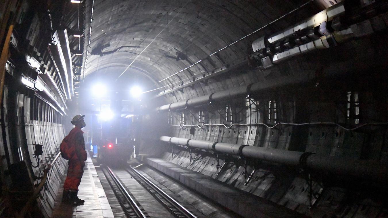 En tête du cortège, un premier train tire le chariot qui transporte le câble électrique à l'aide d'un autre câble de 150 mètres de long.