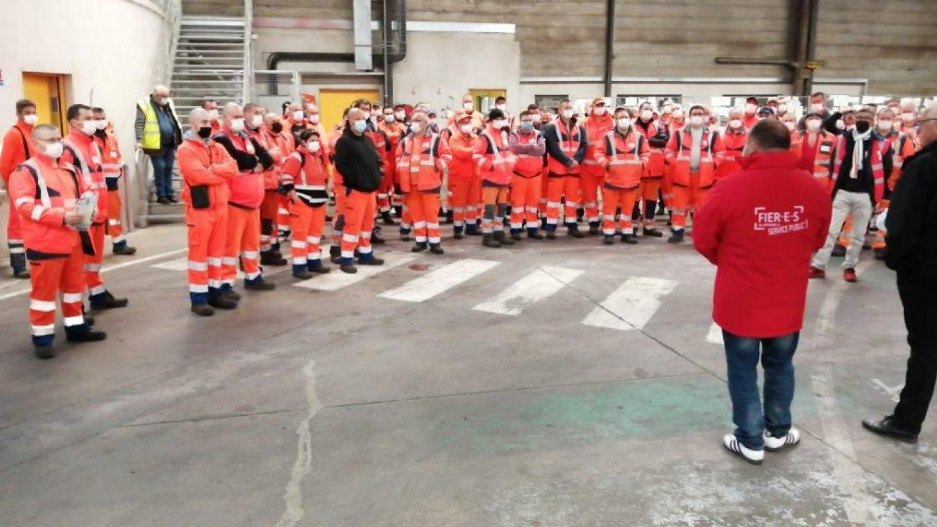 Près de 150 agents de collecte ont manifesté leur soutien à un éboueur agressé vendredi par un jet de brique. Les rippeurs venaient principalement de l'Agglomération Béthune-Bruay Artois Lys Romane, mais ils ont été rejoints par ceux de Lillers et d'Isbergues.