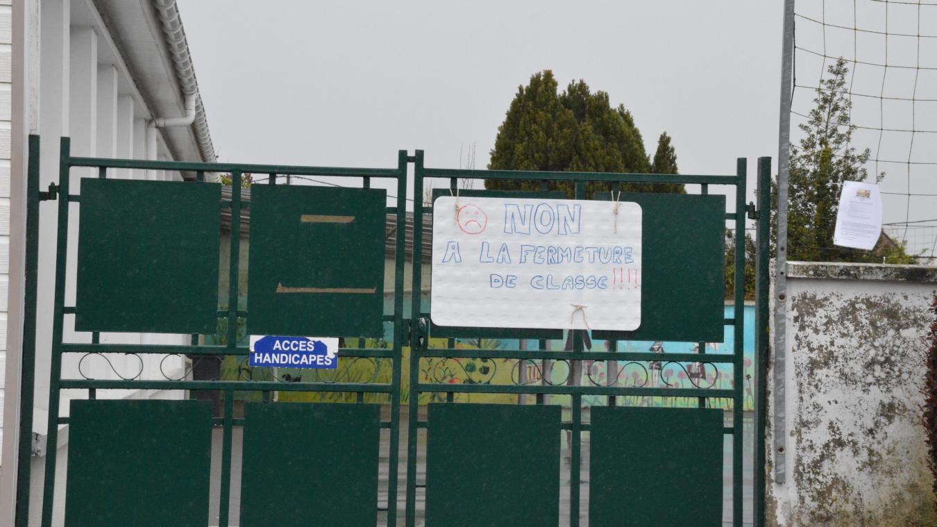 Des panneaux et banderoles ont été posées aux entrées de l'école par les parents.