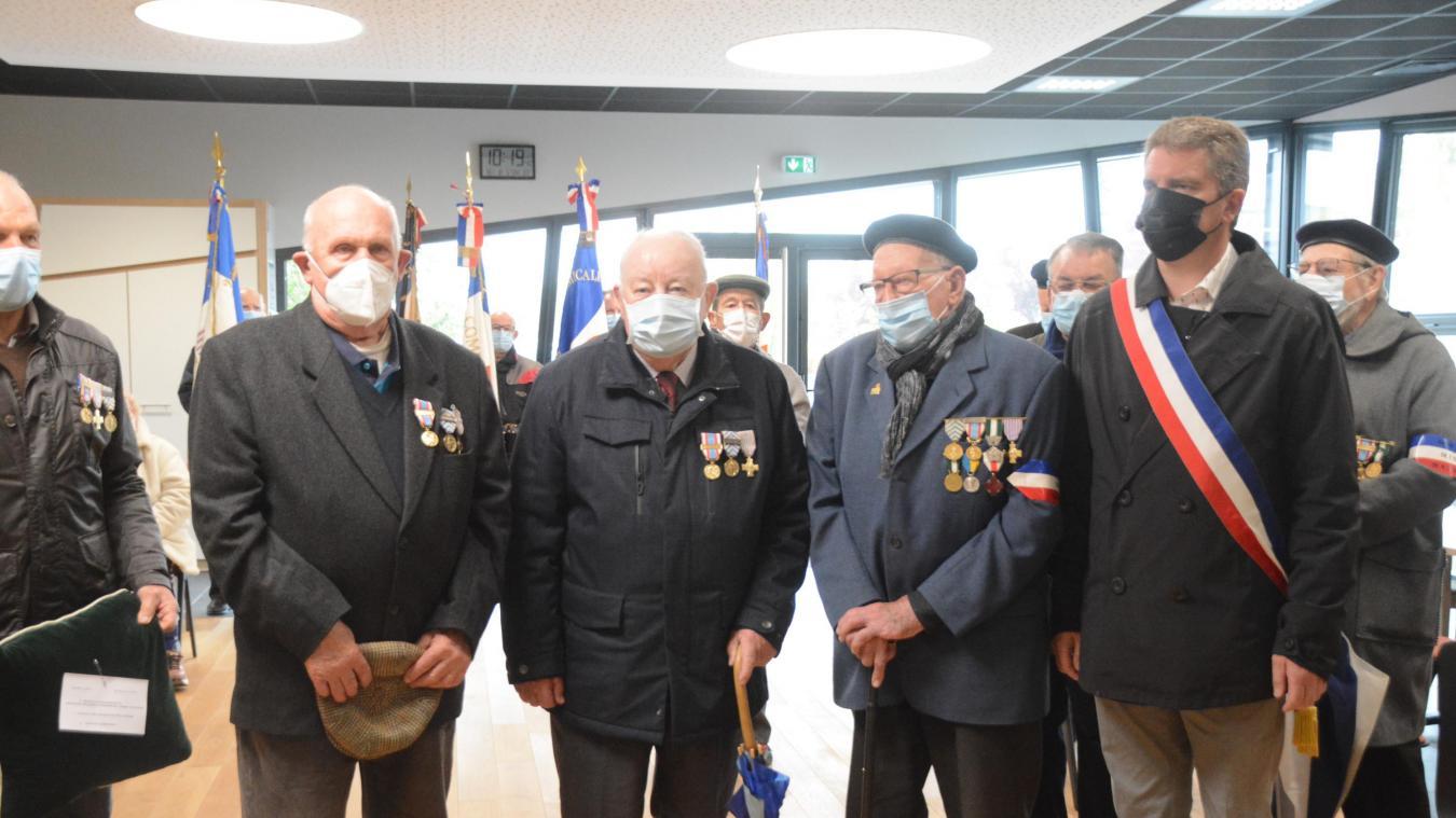 Tous deux ont reçu la médaille commémorative du maintien de l'ordre en Algérie, celle de la croix du combattant et celle de la reconnaissance de la Nation.