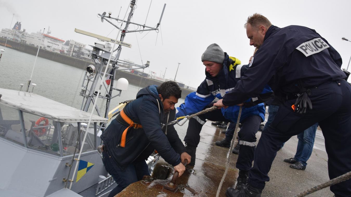L'embarcation qui transportait quatre exilés, a été ramenée au port de Calais.
