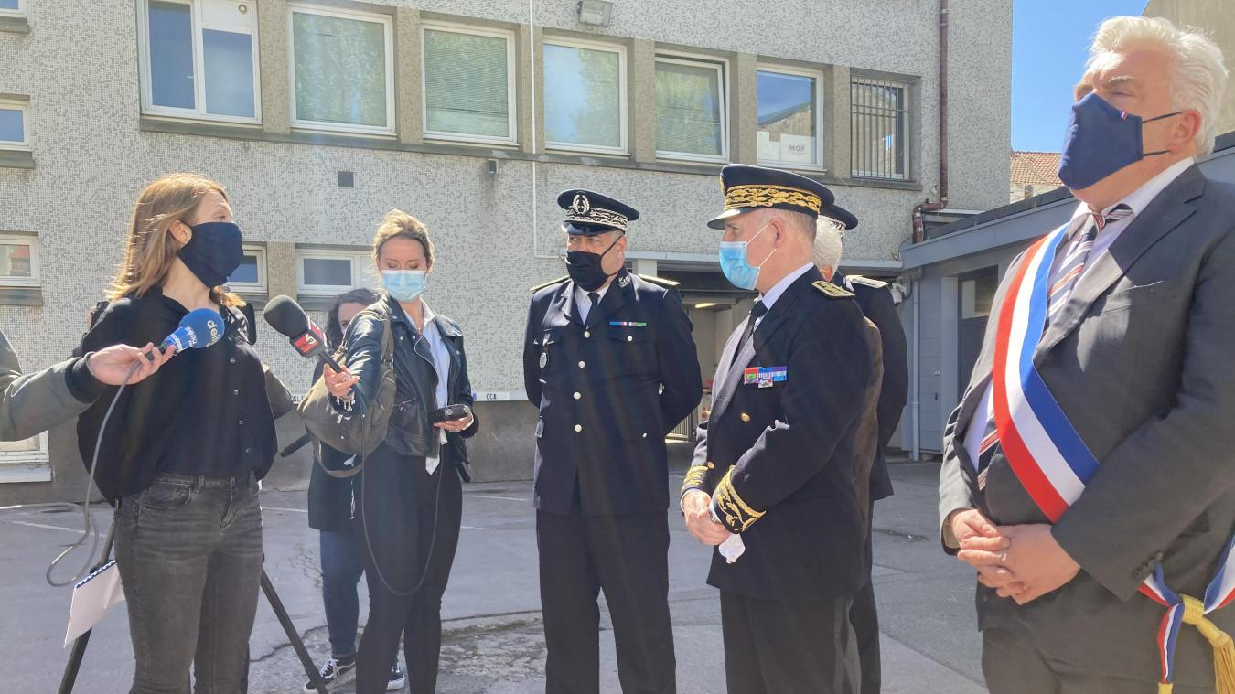 Aurélie Duquenoy, capitaine de la brigade de sûreté urbaine, a détaillé l'opération de Terlincthun au préfet Louis Le Franc.