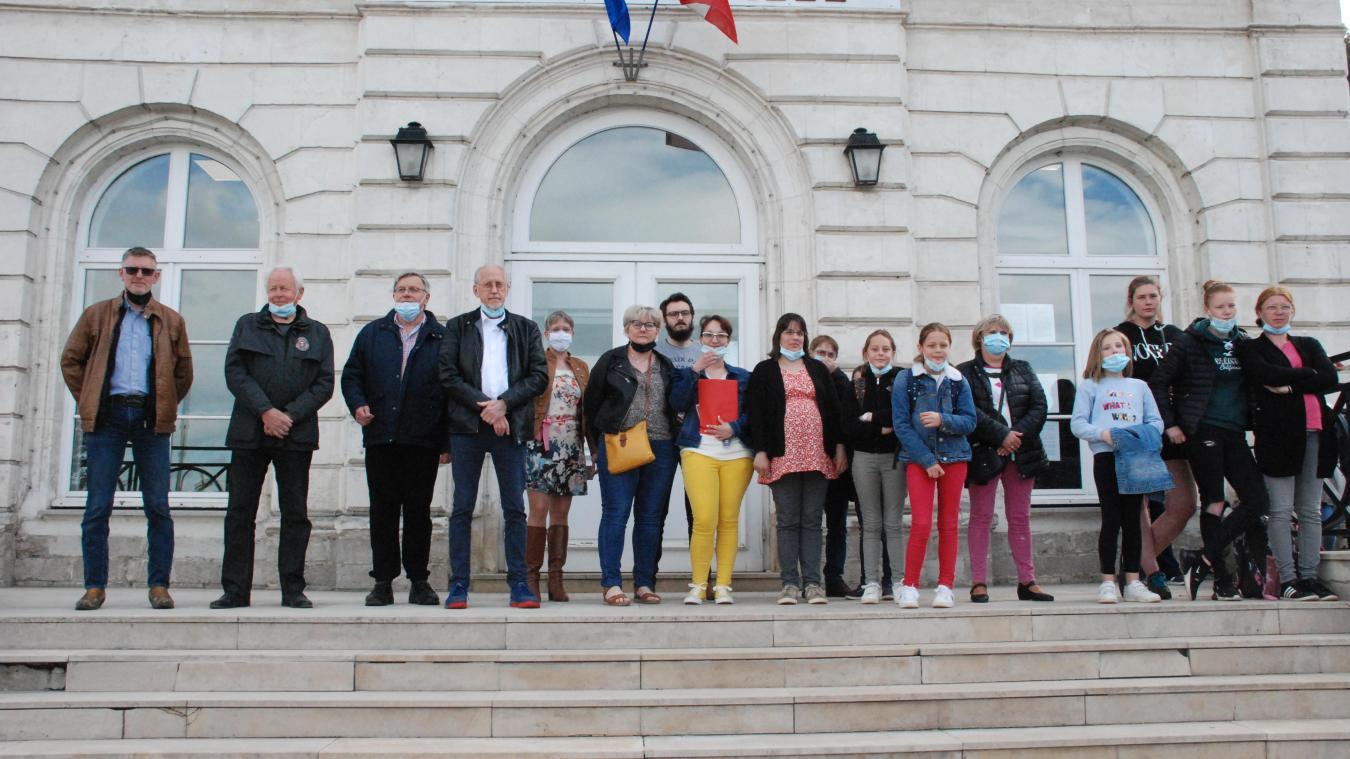 A son arrivée, Estelle Blin a été accueillie sur le parvis de la mairie par les élus et des parents accompagnés de leurs enfants.
