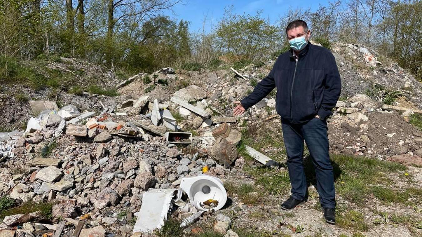 Dans l'espace à déchets verts, des détritus de chantier sont déposés depuis plusieurs semaines à Oudezeele.