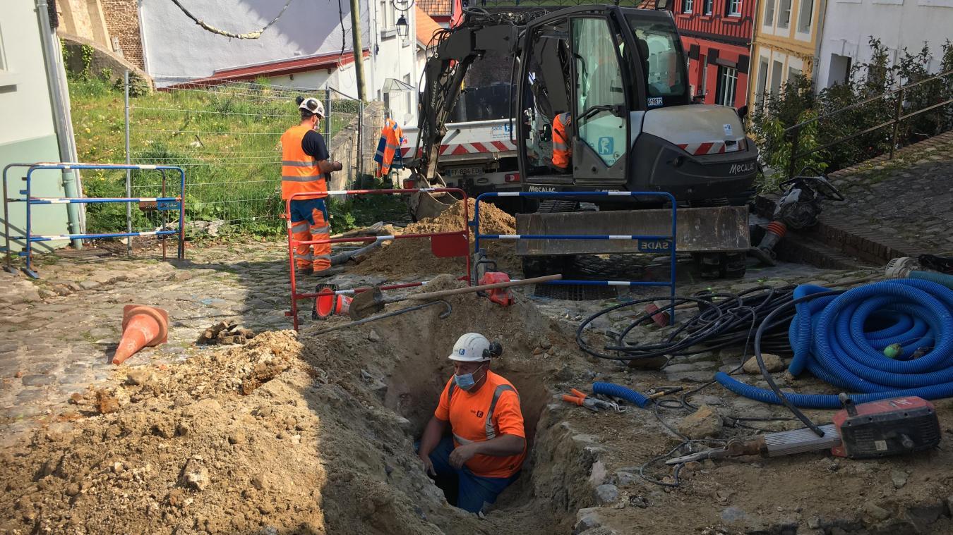 Depuis quelques jours, des travaux d'enfouissement des réseaux (eau et assainissement) sont réalisés avant le gros chantier de remplacement des pavés.