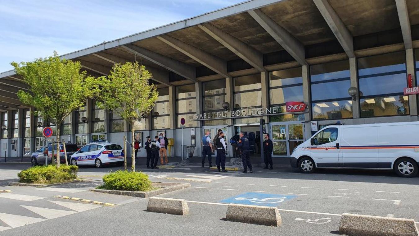 La police sécurise l'entrée de la gare de Boulogne-Ville.