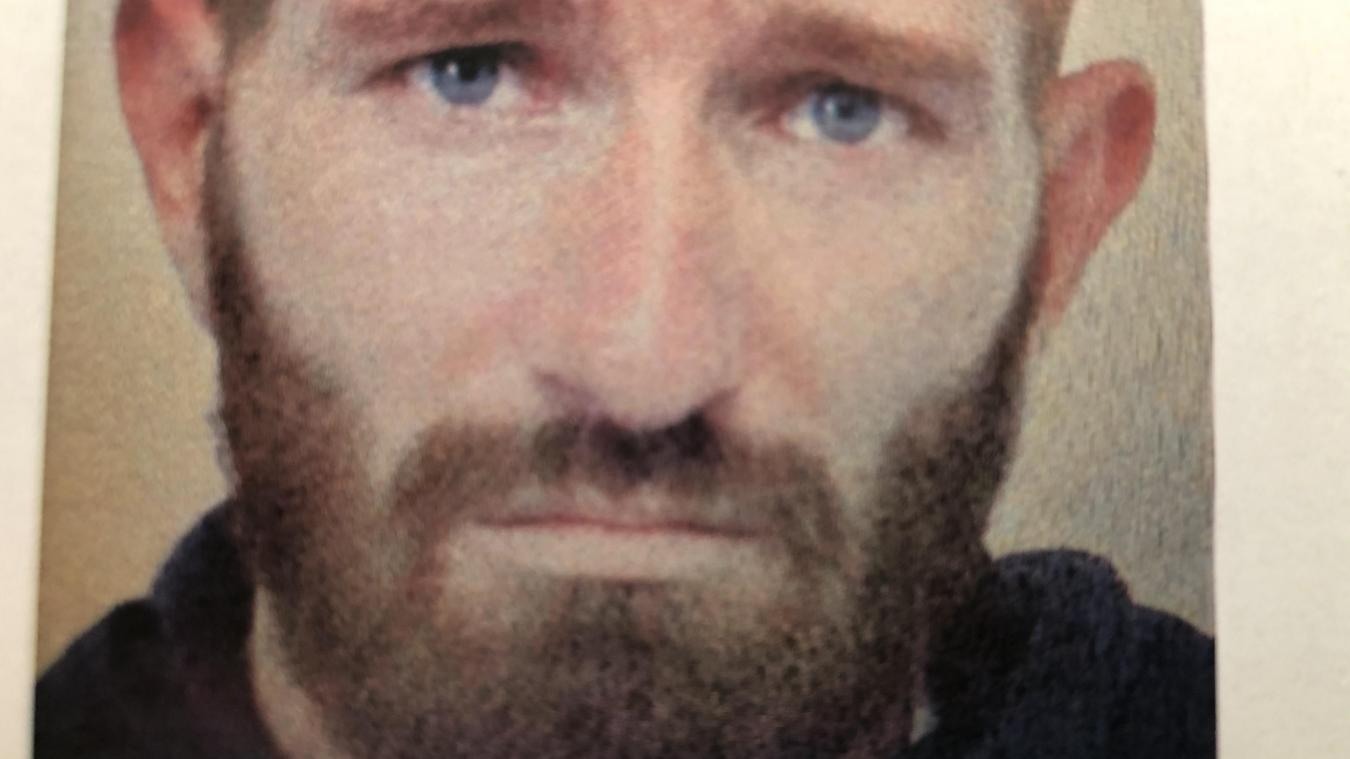 Artisan de 39 ans, l'homme présente une blessure au visage, une entaille qui va de la joue au cou, peut-être une griffure ou un coup de couteau reçus lors de l'agression.