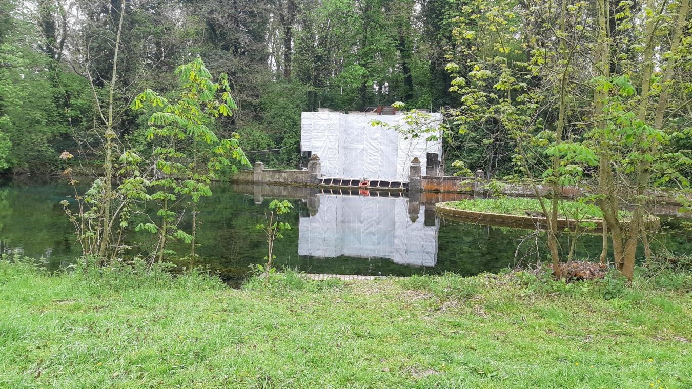 La fontaine du domaine de Vaudry-Fontaine va être rénovée avec des pierres calcaire.