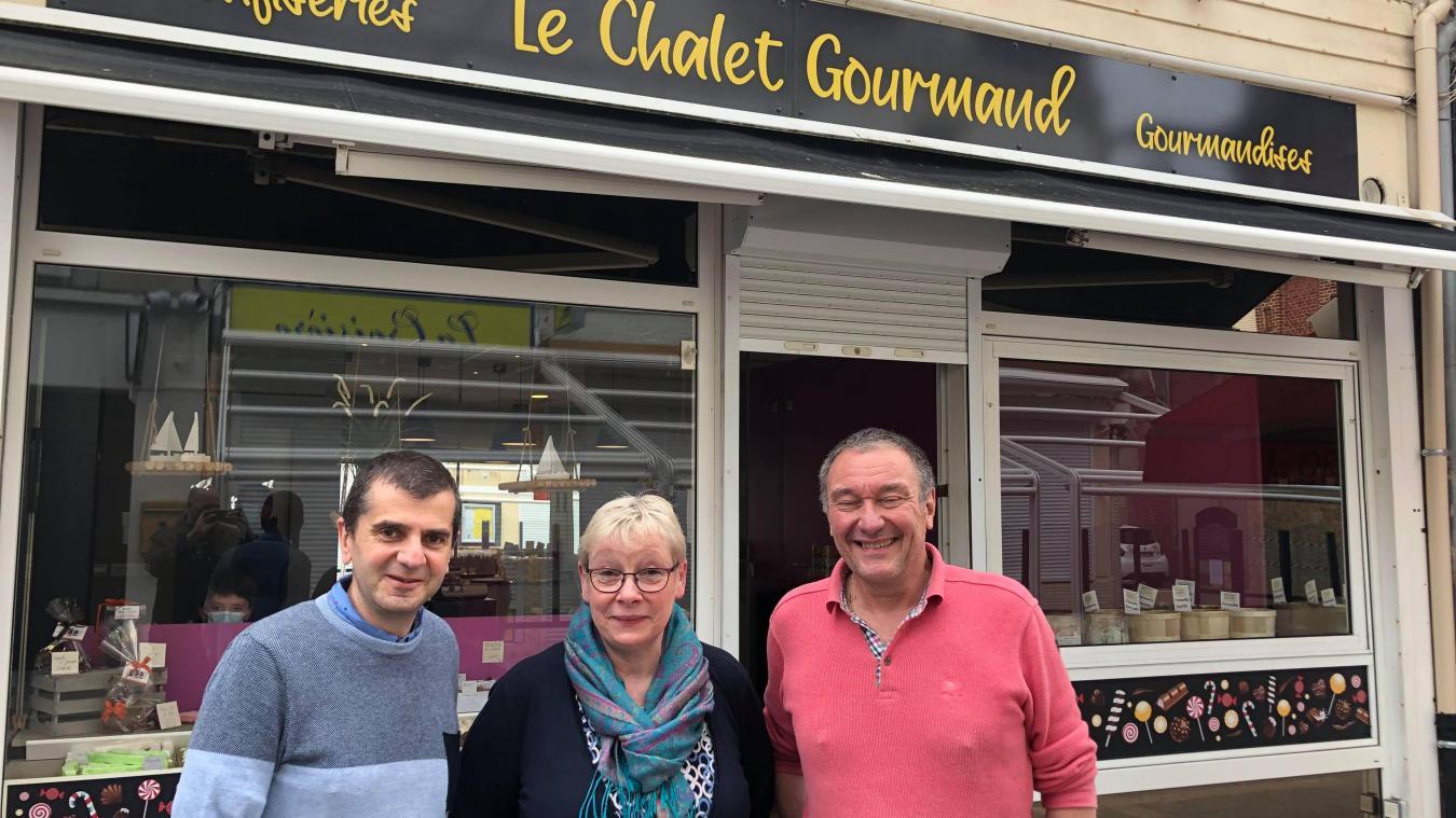Claudine, la vendeuse du Chalet gourmand, avec ses patrons Thierry Mercou et Jérôme Roussel.