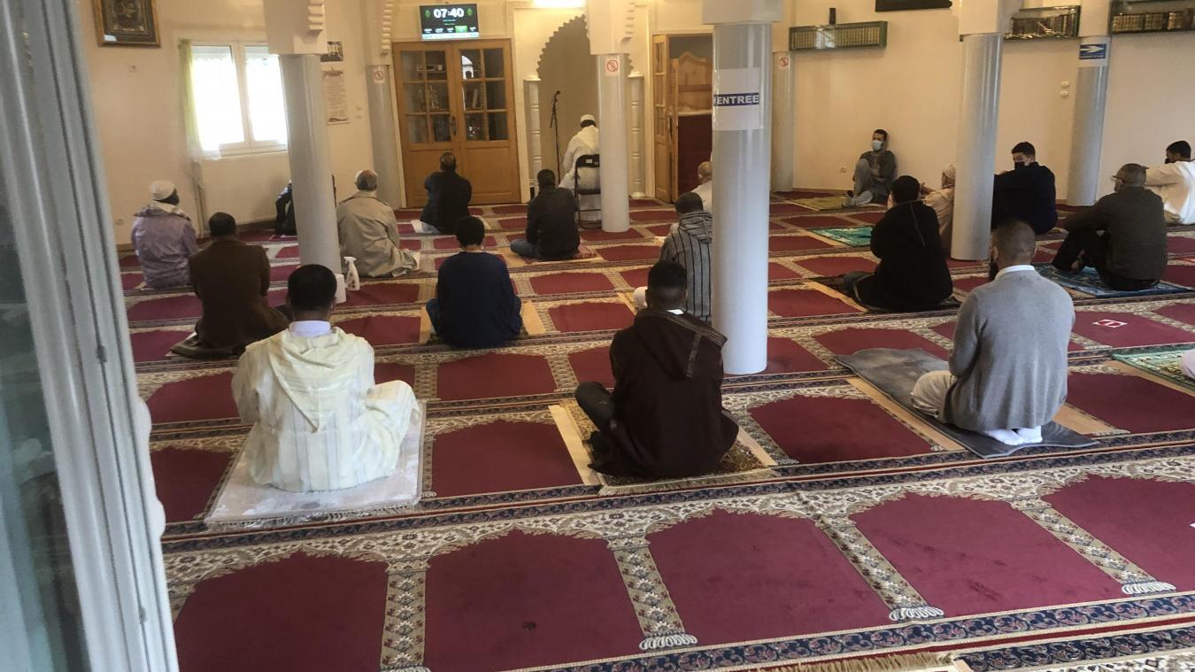 Pendant la prière, la jauge de la mosquée Badr a été réduite à un tiers, avec une distance imposée entre chaque fidèle.