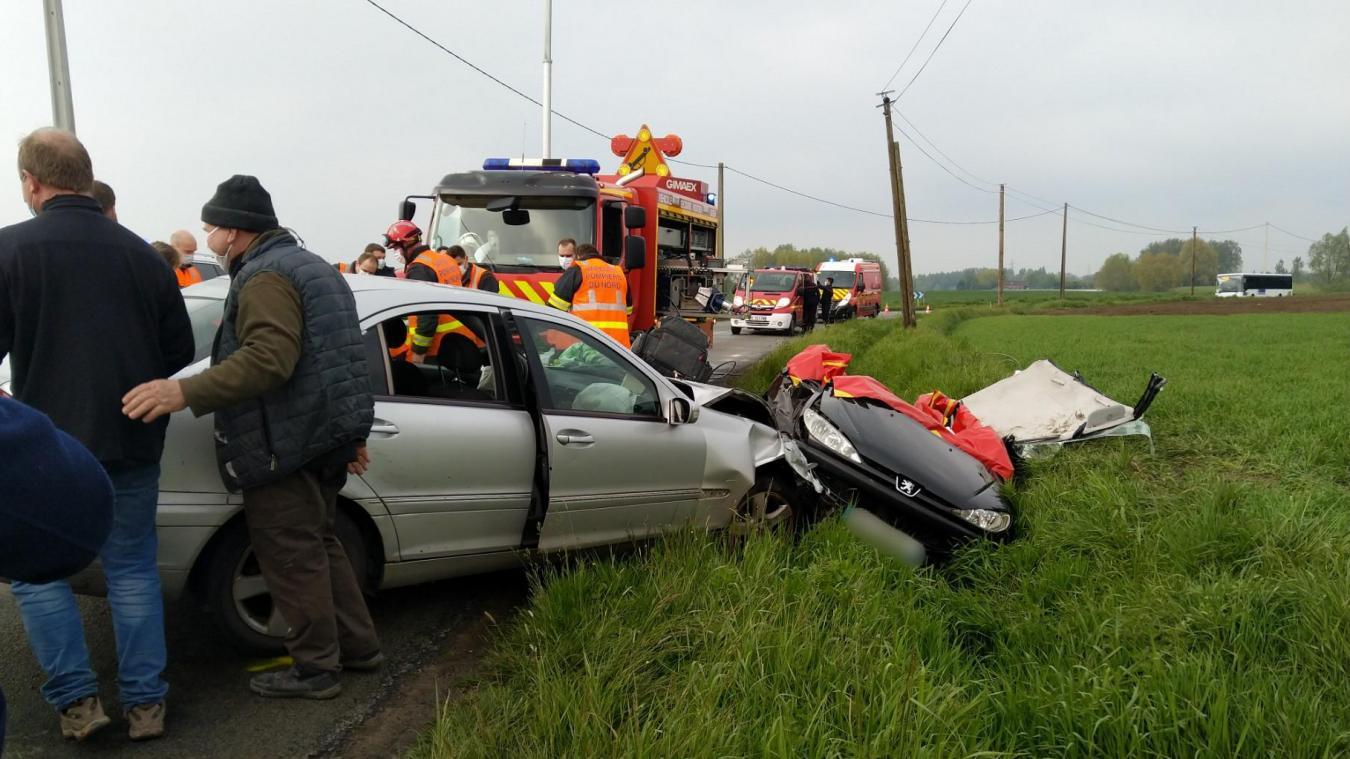 Une des deux voitures a fini au fossé.