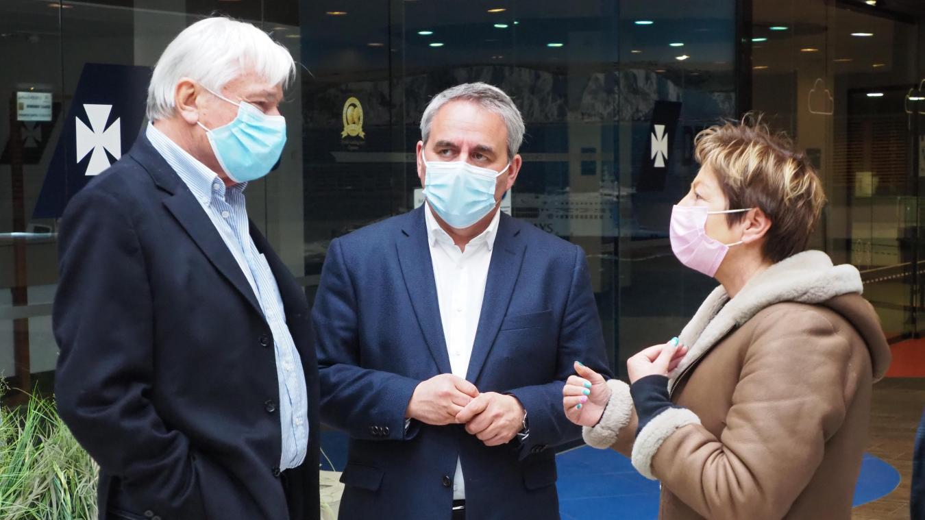 Le président de Région, en visite à Étaples, est venu à Calais après avoir appris la nouvelle. Ici, aux côtés de Jean-Marc Puisseseau et de Natacha Bouchart.