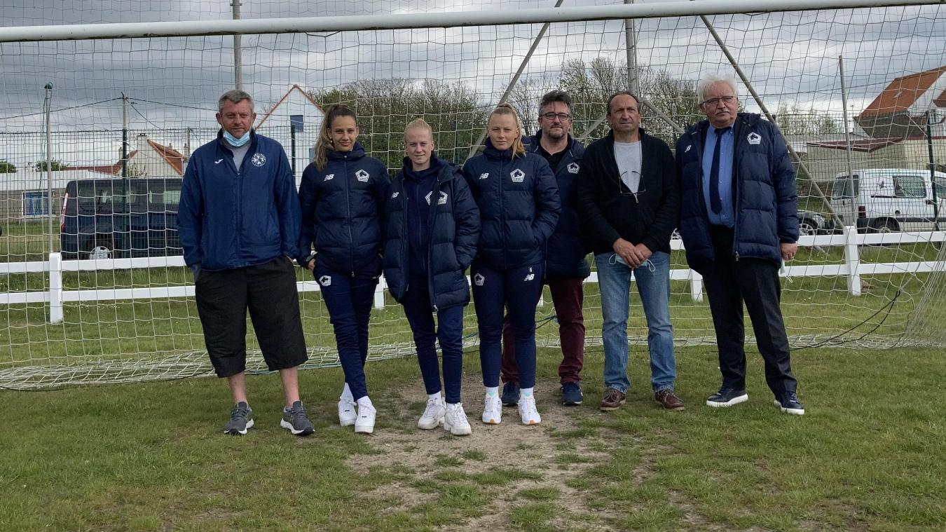 Mickaël Pruvot (à gauche), entraîneur au club d'Ambleteuse, a fait visiter les installations du club à la délégation du LOSC.