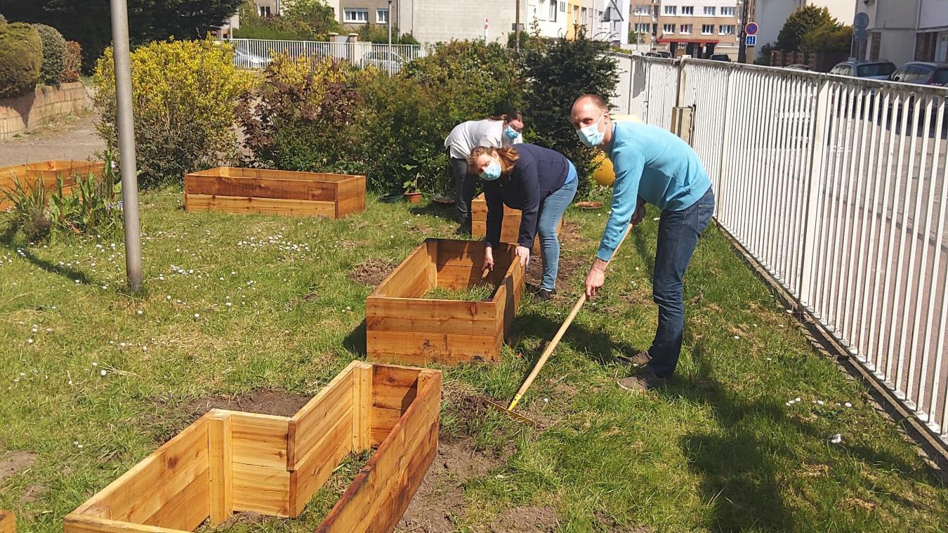 Le 29 avril, Benoît Voet et deux bénévoles ont installé les carrés de potager.