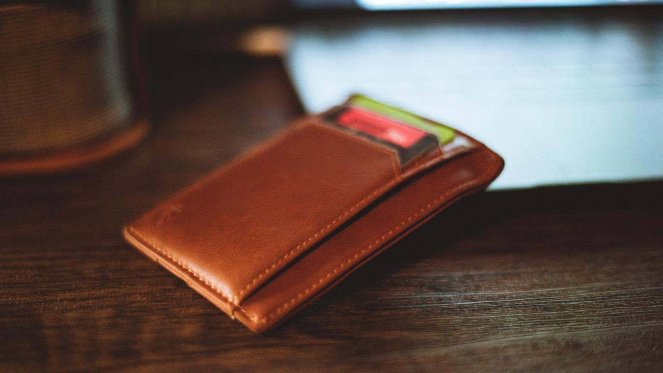 Il suffit au fraudeur de s'approcher du sac ou de la poche de la victime pour lire sa carte bancaire.