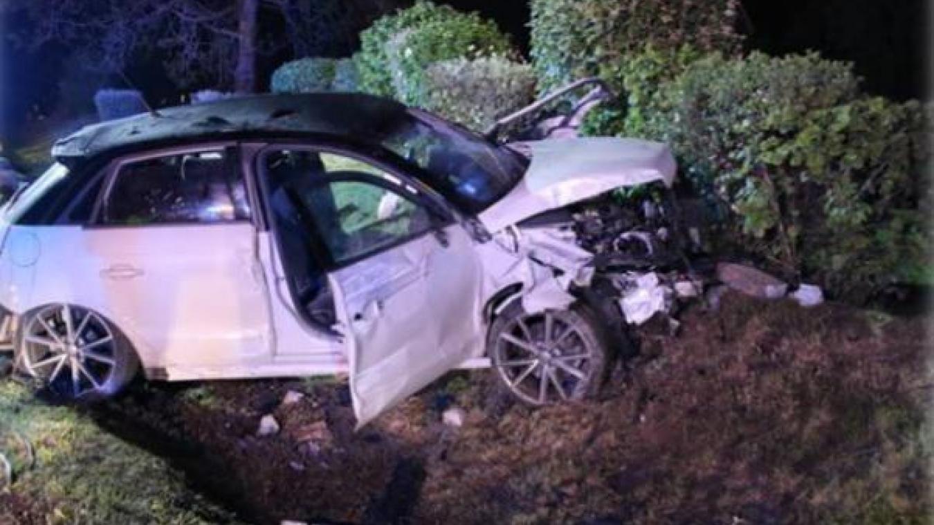 Un homme a été gravement blessé dans l'accident, le conducteur du véhicule est recherché.