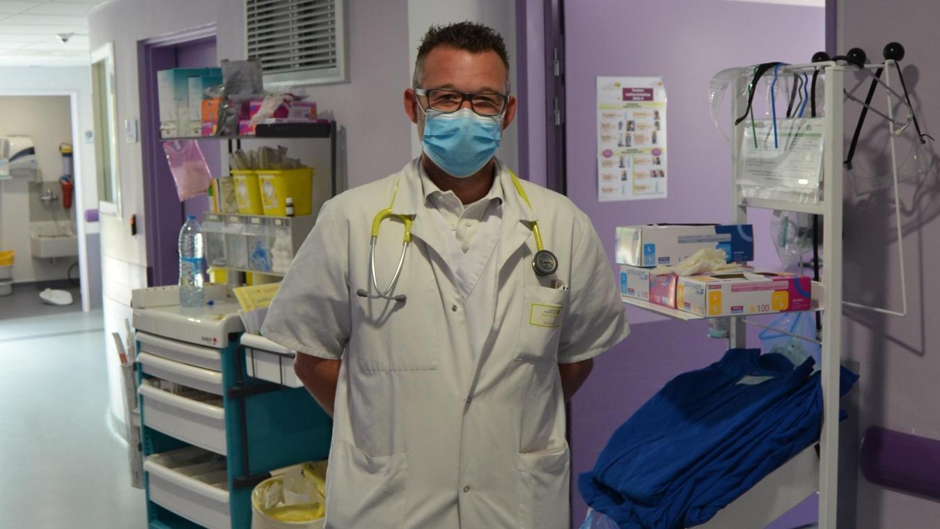 Le docteur Romuald Houssin dans l'unité d'hospitalisation à courte durée qui a été transformée pour n'accueillir que des patients covid.