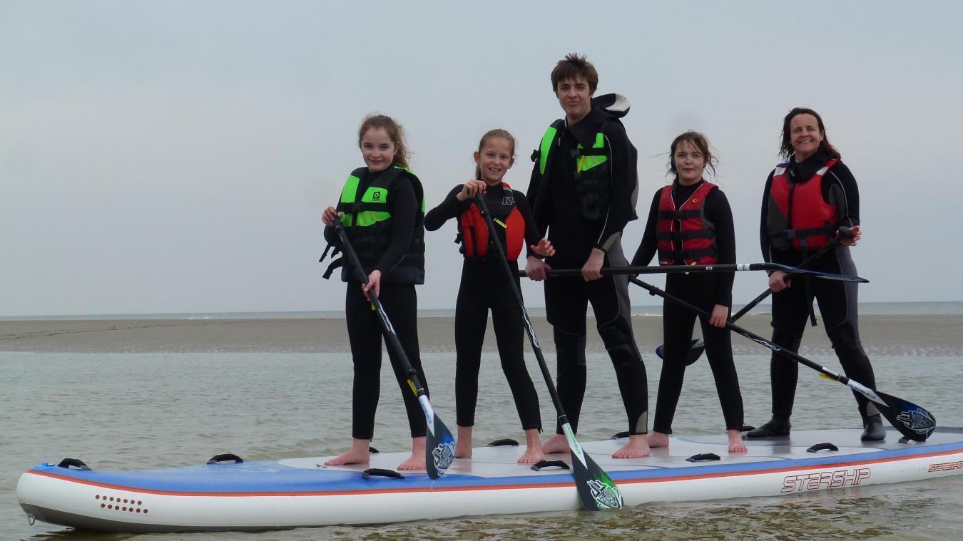 Douze personnes peuvent monter sur un paddle géant.
